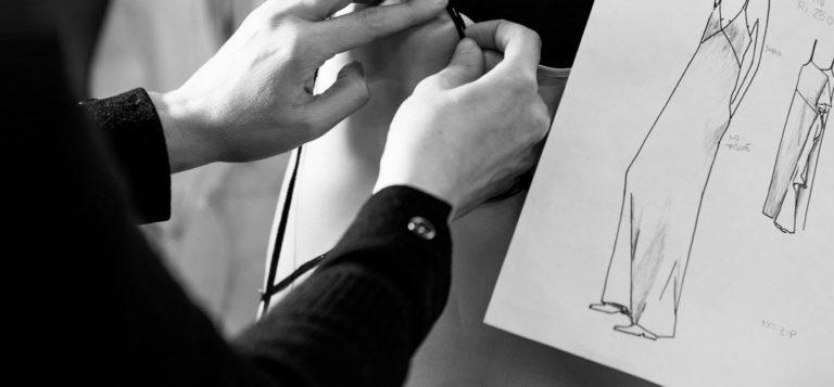 savoir-faire mode et couture Rochas avec les petites mains façonnant une robe depuis dessin